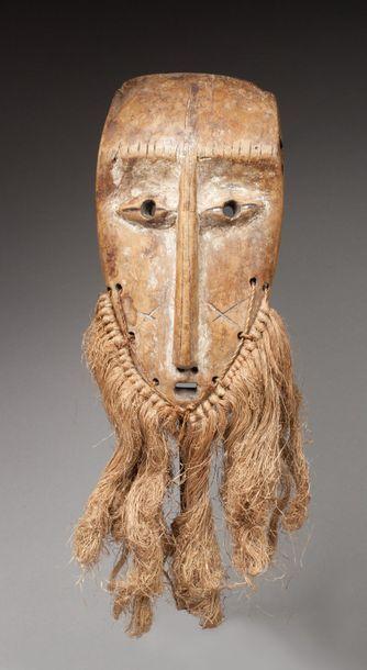 Masque de grade présentant un visage au nez longiligne,