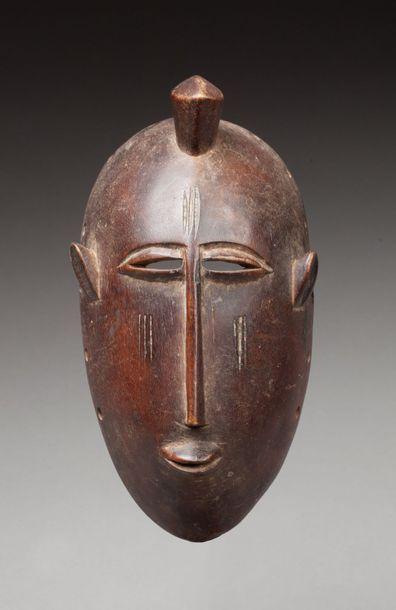 Masque de danse présentant un visage juvénile