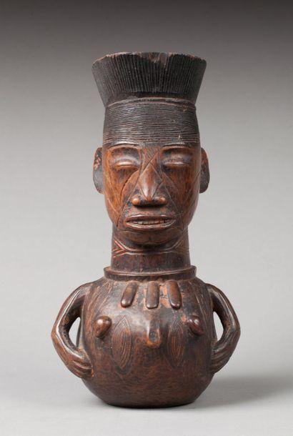Rare receptacle à potion sculpté avec maîtrise d'un buste féminin portant un collier à trois amulett