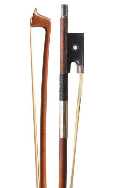Archet de violon fait par RICHAUME dont il porte la marque au fer. Baguette ronde...