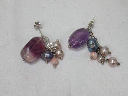 Paire de pendants d'oreilles en argent, ornées...
