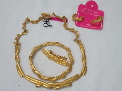 Lot de bijoux en métal doré, comprenant un...