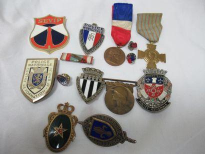 Lot de décorations et insignes, dont Police,...