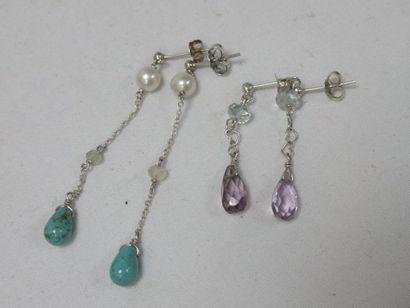 Lot de deux paires de pendants d'oreilles...