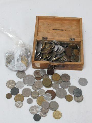 MONDE Lot de monnaies. On y joint une tirelire...
