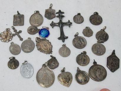 Fort lot de médailles religieuses, dont la...