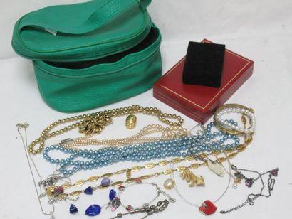 Fort lot de bijoux fantaisie en métal doré,...