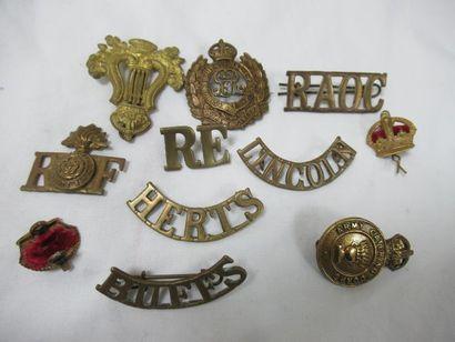 Lot de décorations et d'insignes en métal...