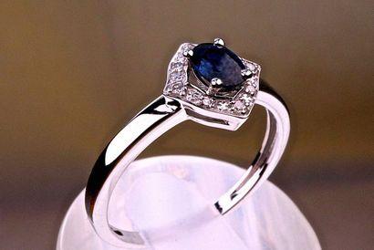 Bague avec un Saphir ovale bleu intense et...