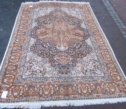Important tapis Indo-kirman en soie, à décor...