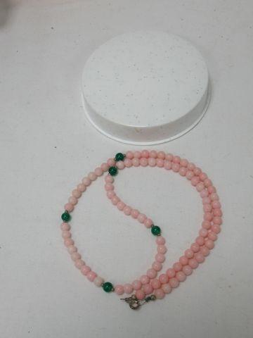 Collier en perles de corail rose et verre....