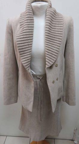 Tailleur jupe en laine (60%). Taille 40 (veste)...