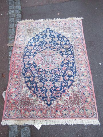 ISPAHAN tapis à décor végétal sur fond rose....