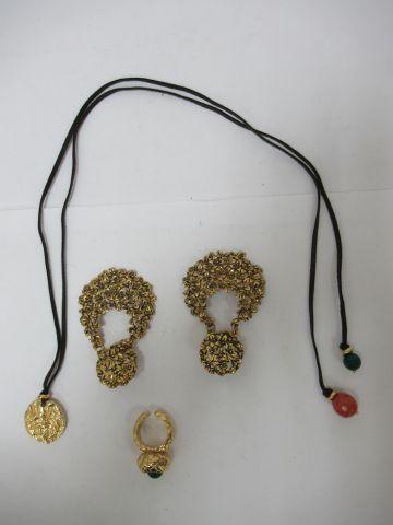 Lot de bijoux fantaisie en métal martelé...