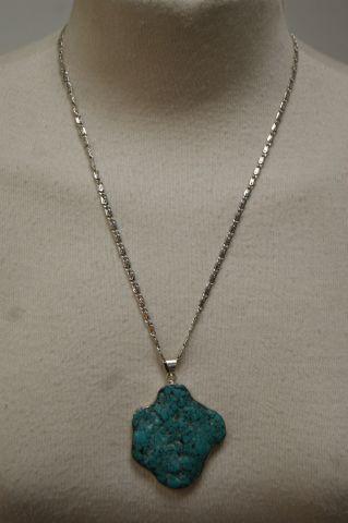 Pendentif en argent ornées d'une turquoise....