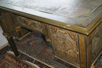 Petit bureau en marqueterie Boulle. Vers 1900. Haut.: 77 cm Long.: 107 cm Prof.:...