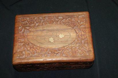 Boîte en bois sculpté à décor de végétaux....