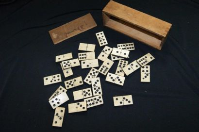 Jeu de dominos en os. Dans une boîte en bois....