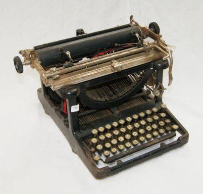 Machine à écrire ancienne (mauvais état)