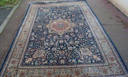 Tapis persan en laine, à décor de végétaux...