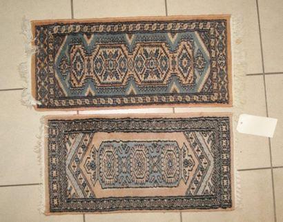 Paire de petits tapis en laine. 60 x 30 ...