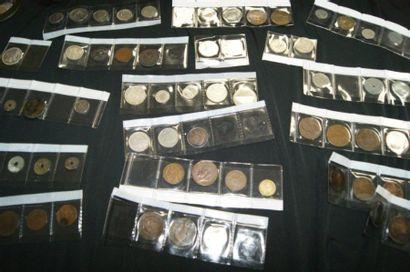 MONDE Fort lot de pièces diverses. Dont France,...