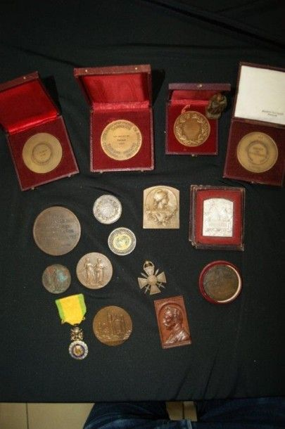 Lot de 11 décorations civiles en bronze.