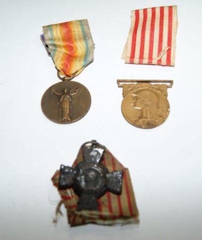 Lot de 3 médailles en bronze (une corrodée...