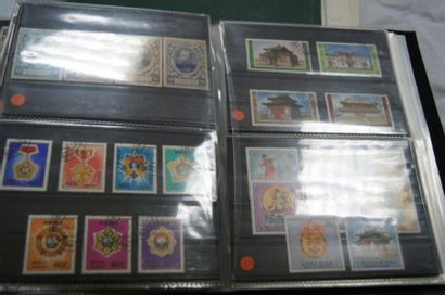 MONDE Lot de 3 albums de timbres. Dont Irak,...