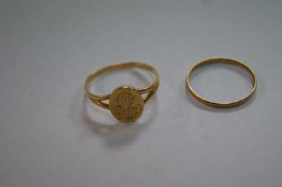 Lot en or jaune, composé d'une petite chevalière...