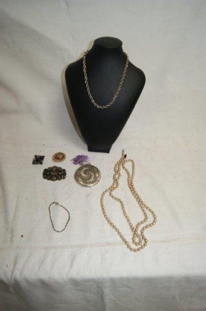 Lot de bijoux fantaisie, comprenant une broche...