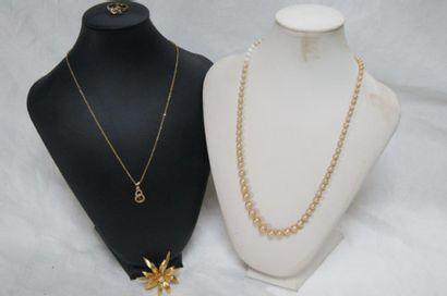Lot de bijoux fantaisie en métal doré, comprenant...