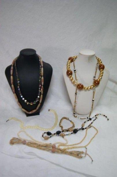 Lot de bijoux fantaisie, comprenant 7 colliers...
