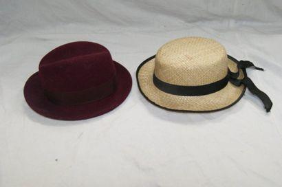 Lot de deux chapeaux, un en feutre, l'autre...