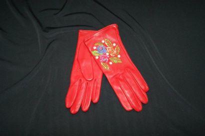 KENZO Paire de gants en cuir rouge, brodé....