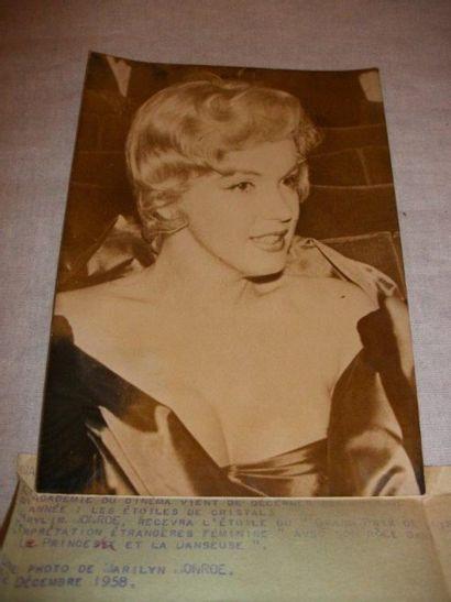 Photographie de presse représentant Marilyn MONROE. 13x18 cm .Annotations et tampon...