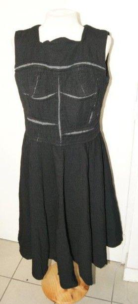 COMME DES GARCONS Robe noire. Taille L. ...