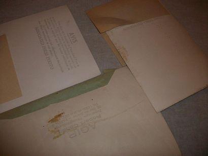 Ensemble de 3 photographies de presse représentant Charlie CHAPLIN.  12X18 cm. Annotations...