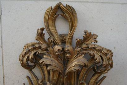ITALIE Important miroir en bois sculpté et stuqué (ancien porte-reliquaire ?). XVIIIe...