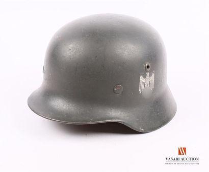 Casque modèle 1935, un insigne de l'armée...
