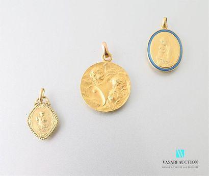 Trois médailles en or jaune 750 millièmes,...