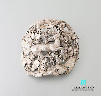 Broche en argent à décor ajouré d'un cerf...