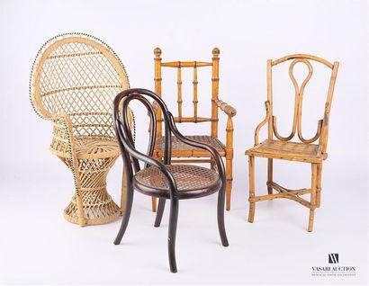 MOBILIER DE POUPEE Ensemble de quatre fauteuils...