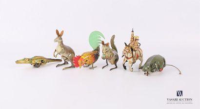 Lot de six animaux mécaniques en tôle, l'un...