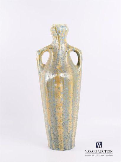 Vase en faïence de forme balustre à deux...