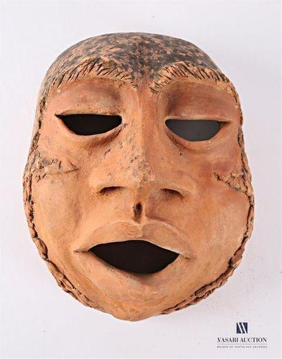 Masque antropomorphe en terre cuite Marqué...