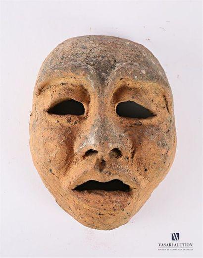 Masque antropomorphe en terre cuite (usures)...
