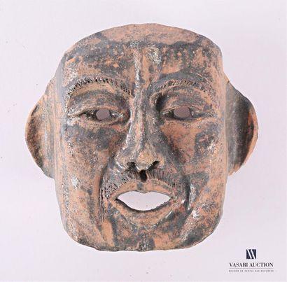 Masque antropomorphe en terre cuite Haut....