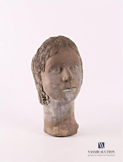 Tête de femme en terre cuite à patine bronze,...
