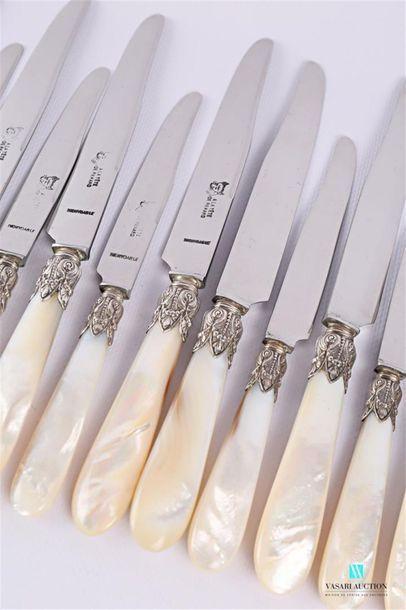 Suite de douze couteaux de table et douze...